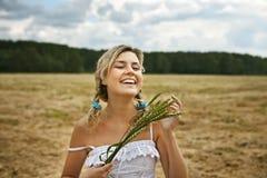 Mooi wit-haarmeisje met groene oren Royalty-vrije Stock Afbeelding