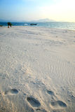 Mooi wit zandstrand in Nai Harn Beach, Rawai, Phuket, Thailand Stock Afbeelding