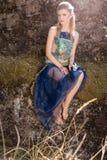 Mooi zacht zoet meisje in het sprookjekarakter in de rol van houten elf die door het bos met vlinders in haar lopen Royalty-vrije Stock Afbeeldingen