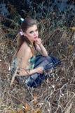 Mooi zacht zoet meisje in het sprookjekarakter in de rol van houten elf die door het bos met vlinders in haar lopen Stock Afbeeldingen