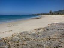 Mooi zand en steenstrand in Myanmar stock afbeelding