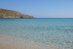Mooi zandig Cala Comte strand met azuurblauw blauw zeewater, Ibiza-eiland, Spanje royalty-vrije stock fotografie