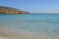 Mooi zandig Cala Comte strand met azuurblauw blauw zeewater, Ibiza-eiland, Spanje stock foto
