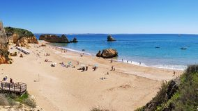 Mooi zandig strand dichtbij Lagos in Ponta DA Piedade, Algarve gebied, Portugal royalty-vrije stock afbeelding
