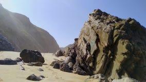 Mooi zandig strand met rotsen op Atlantische kust, Portugal stock videobeelden