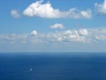 Mooi zeegezicht, blauwe hemel stock foto