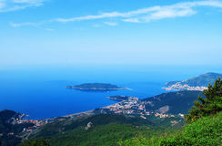 Mooi zeegezicht die de Mediterrane stad overzien Royalty-vrije Stock Afbeeldingen