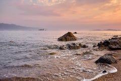 Mooi zeegezicht en een boot bij zonsondergang Royalty-vrije Stock Afbeeldingen