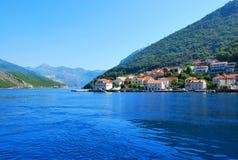 Mooi zeegezicht met overzees en berg royalty-vrije stock afbeeldingen