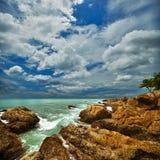 Mooi zeegezicht met rotsen Stock Afbeeldingen