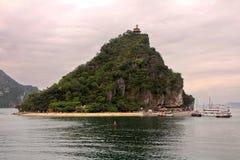 Mooi zeegezicht met Titov-eiland in Halong-Baai in zonsondergangtijd Royalty-vrije Stock Foto's