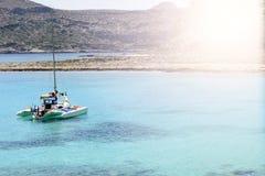Mooi zeegezicht met wit varend jacht in het blauwe overzees Verminderde de zeilen, rust Het concept stagnatie, reis, vakantie royalty-vrije stock foto's