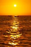 Mooi Zeegezicht Tropische Overzeese Zonsondergang met Boot in de Zomer Stock Foto