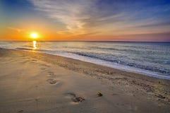 Mooi zeegezicht, voetafdrukken in het zand Stock Afbeeldingen