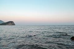 Mooi zeegezicht in zonsondergangdag Diep water en eiland op mening Het concept reis, rust, ontspant, toerisme, vrije tijd, weeken stock afbeelding