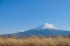 Mooi zet Fuji met sneeuw en blauwe hemel op bij Meerkawaguchiko wordt afgedekt, Japan dat stock foto's