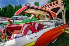 mooi zijaanzicht van klassieke uitstekende retro auto met open dak Royalty-vrije Stock Foto