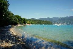 Mooi zoetwaterstrand bij Meer Garda, Italië royalty-vrije stock afbeeldingen