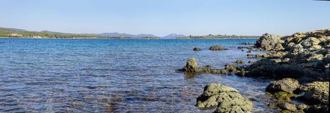 Mooi zomer panoramisch zeegezicht Strand in het eiland, Griekenland Royalty-vrije Stock Afbeeldingen