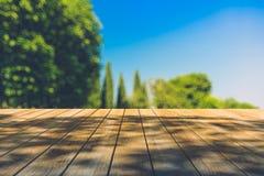 Mooi zonlicht in het de herfstbos met houten plankenvloer Royalty-vrije Stock Foto's