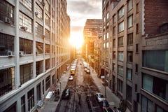 Mooi zonsonderganglicht op de straat van de Stadsmanhattan van New York Stock Afbeelding