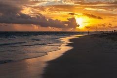 Mooi zonsopganglandschap op de kust van de Atlantische Oceaan Stock Foto