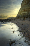 Mooi zonsopganglandschap over strand met klip Royalty-vrije Stock Foto