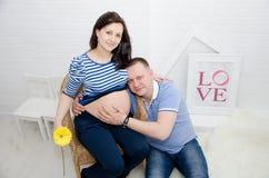 Zwanger meisje en haar vriend royalty-vrije stock fotografie
