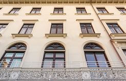 Mooi Zweeds die Bruine Vensters met Uitstekend Balkon bouwen Stock Fotografie