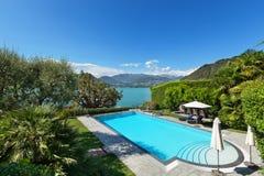 Mooi zwembad die het meer overzien Royalty-vrije Stock Foto's