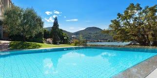 Mooi zwembad die het meer overzien Stock Foto
