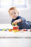 Mooie 3 éénjarigen die met kubussen thuis spelen Royalty-vrije Stock Foto's