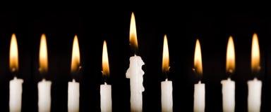 Mooie aangestoken hanukkah kaarsen op zwarte. Royalty-vrije Stock Foto