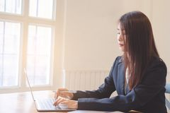 Mooie aantrekkelijke jonge Aziatische bedrijfsvrouw stock foto