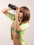 Mooie, aantrekkelijke vrouw die door binocu kijken Stock Afbeeldingen