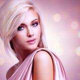 Mooie aantrekkelijke vrouw met roze zijde royalty-vrije stock fotografie