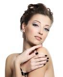 Mooie aantrekkingskrachtvrouw met zwarte spijkers Royalty-vrije Stock Fotografie