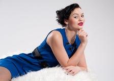 Mooie aantrekkingskrachtvrouw op wit bont Royalty-vrije Stock Fotografie