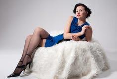 Mooie aantrekkingskrachtvrouw op wit bont Royalty-vrije Stock Afbeelding