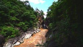 Mooie aard met de grote berg van de rotsheuvel en rivier bij het Nationale Park van Obluang, Chiangmai, Thailand stock video