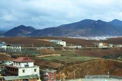 Mooie aard rond een dorp met Berg Stock Foto's