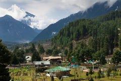 Mooie aard rond een dorp met de Berg van Himalayagebergte Stock Foto