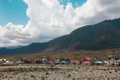 Mooie aard rond een dorp met de Berg van Himalayagebergte Stock Foto's