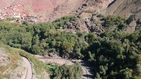 Mooie Aard van Marokko dichtbij Imlil en Berg Toubkal door Hommel van hierboven stock footage