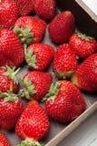 Mooie aardbeiachtergrond, heerlijk fruit in doos royalty-vrije stock foto's