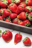 Mooie aardbeiachtergrond, heerlijk fruit in doos stock afbeeldingen