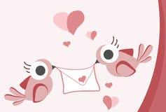 Mooie achtergrond die met twee mussen een liefdebrief houden Stock Foto