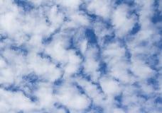 Mooie achtergrond van Altocumulus-Wolk op de blauwe hemel Stock Afbeeldingen