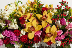 Mooie achtergrond van bloemenboeketten, de samenstelling van het Bloemboeket voor de vakantie, feestelijk boeket van bloemen voor Royalty-vrije Stock Foto