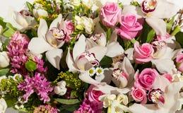 Mooie achtergrond van bloemenboeketten, de samenstelling van het Bloemboeket voor de vakantie, feestelijk boeket van bloemen voor Royalty-vrije Stock Afbeeldingen